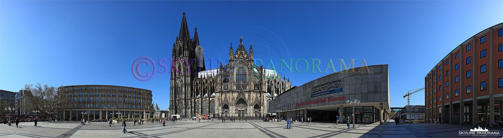 Panorama Bild - Die Kölner Domplatte am Tag aufgenommen.