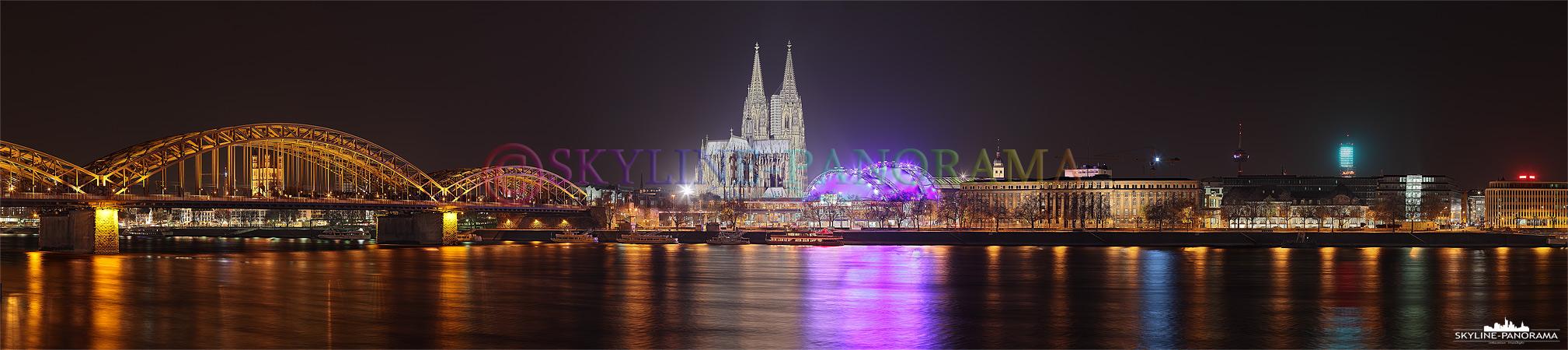 die Kölner Skyline mit der Hohenzollernbrücke, dem Dom und dem Musical Dome am Rheinufer