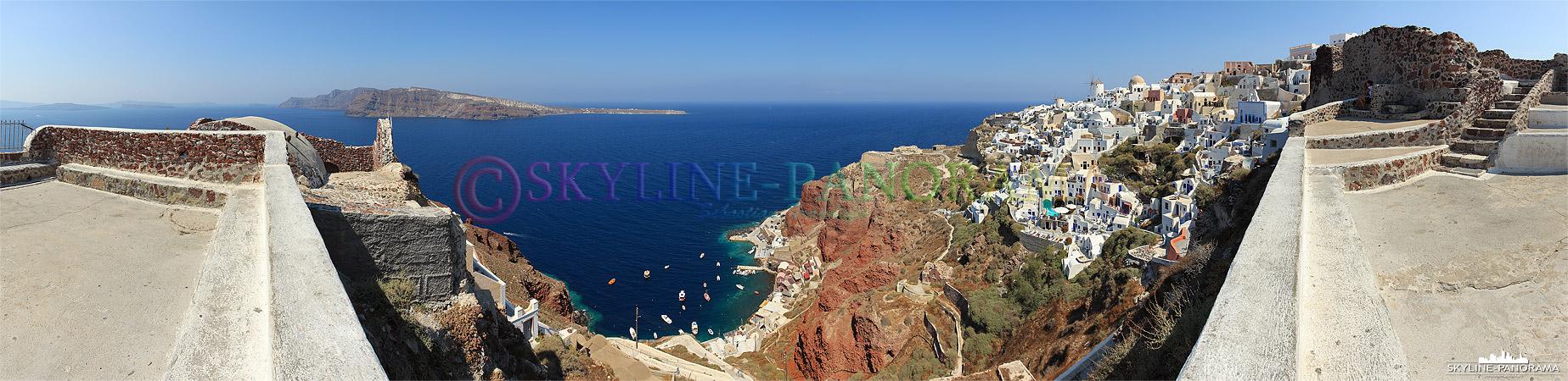 Griechische Insel Santorini - Der Blick vom Lóntza-Kastell auf die Windmühlen und den Westen von Oia, sowie den Hafen Ammoudi unterhalb des Dorfes.