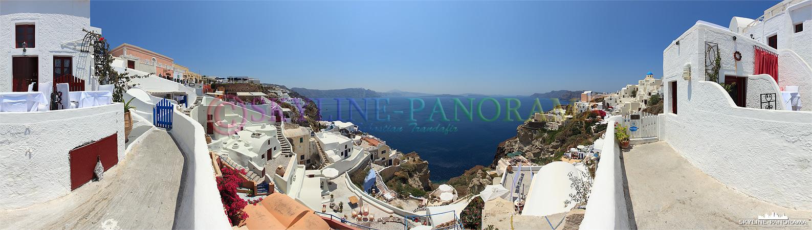 Panorama aus Griechenland - Mitten in der typischen Kykladenarchitektur Oia´s, Panoramablick in die überwältigende Caldera von Santorini.