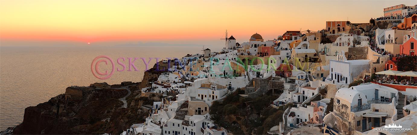 Sunset Greece - Den beliebtesten Aussichtspunkt zum Sonnenuntergang von Santorini findet man in Oia, hunderte Touristen warten jeden Abend am Lontza Kastell