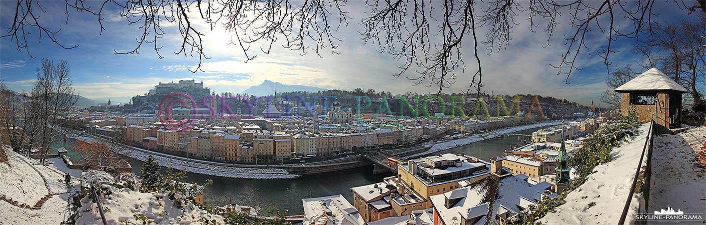 Panorama Bild vom Salzburger Kapuzinerberg mit Blick auf die verschneite Altstadt und die Festung Hohenzalzburg.