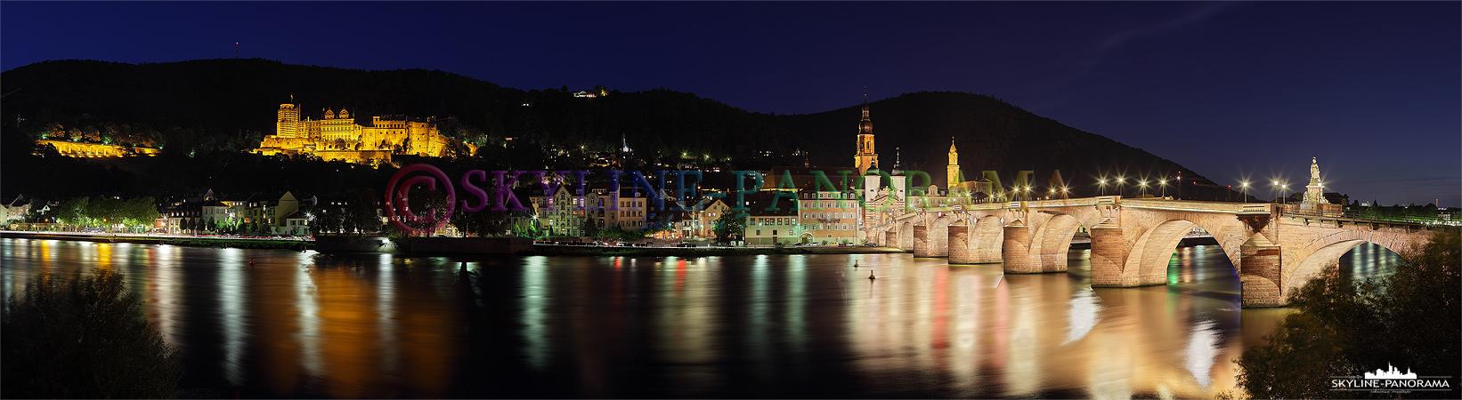 Panorama mit Schloss - Abendliche Stadtansicht von der historischen Altstadt Heidelbergs mit dem Schloss und der neu illuminierten Karl-Theodor-Brücke.