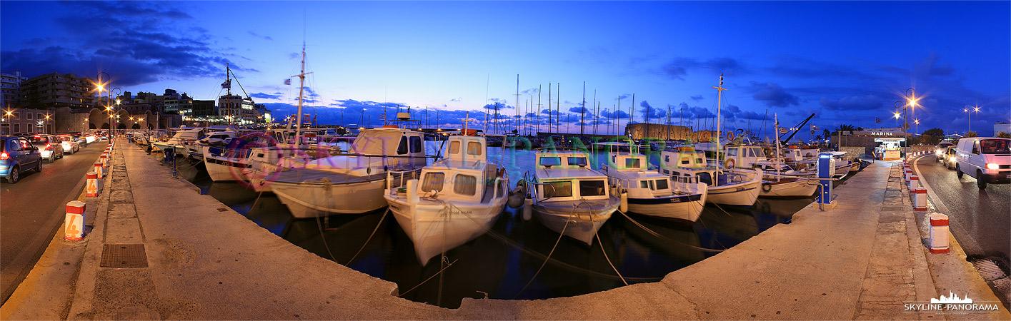 Boote und kleinere Yachten im venezianischen Hafen von Heraklion am Abend fotografiert.