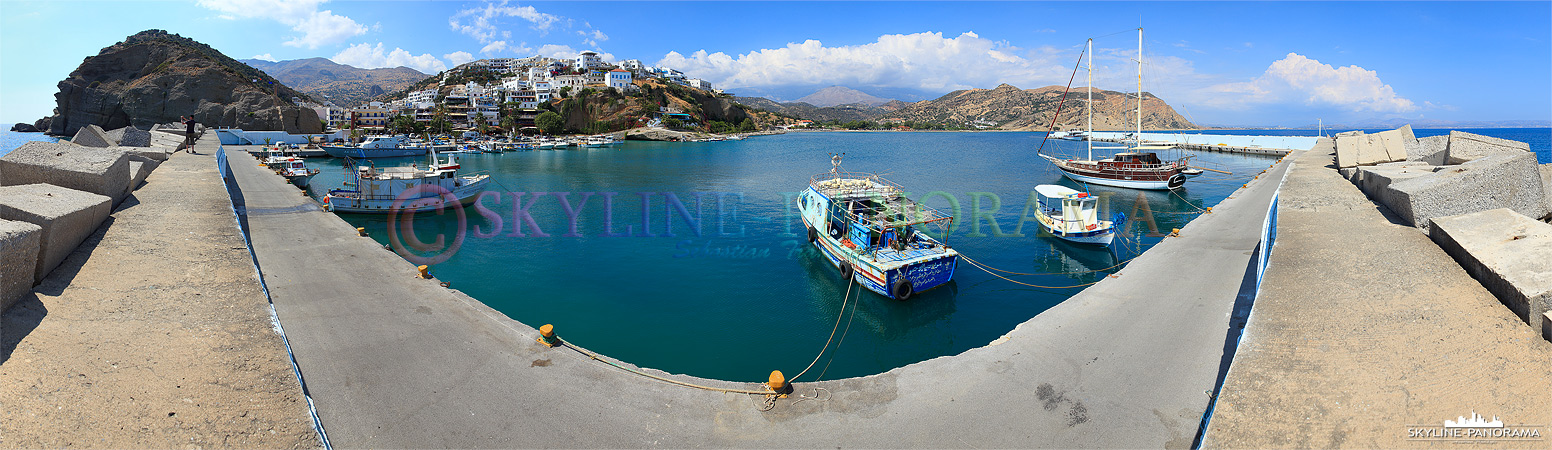 Agia Galini ist eine mediterrane Hafenortschaft an der Südküste der Insel Kreta, dieses Panorama zeigt den Blick von der Kaimauer im Hafen.