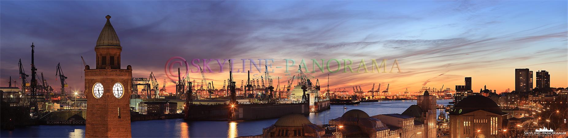 Hafen Skyline von Hamburg - Panorama Bild aus dem Hamburger Hafen mit dem Pegelturm und dem alten Elbtunnel während des Sonnenuntergangs im Herbst 2010.