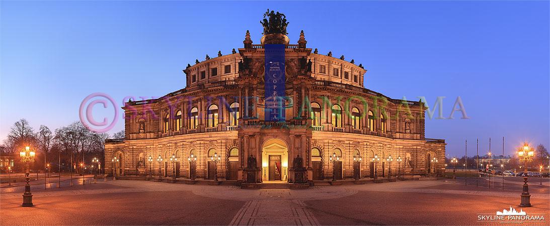 Die Dresdner Semperoper ist eines der bekanntesten Sehenswürdigkeiten der Elbmetropole, hier zu sehen als Panorama zur Blauen Stunde.