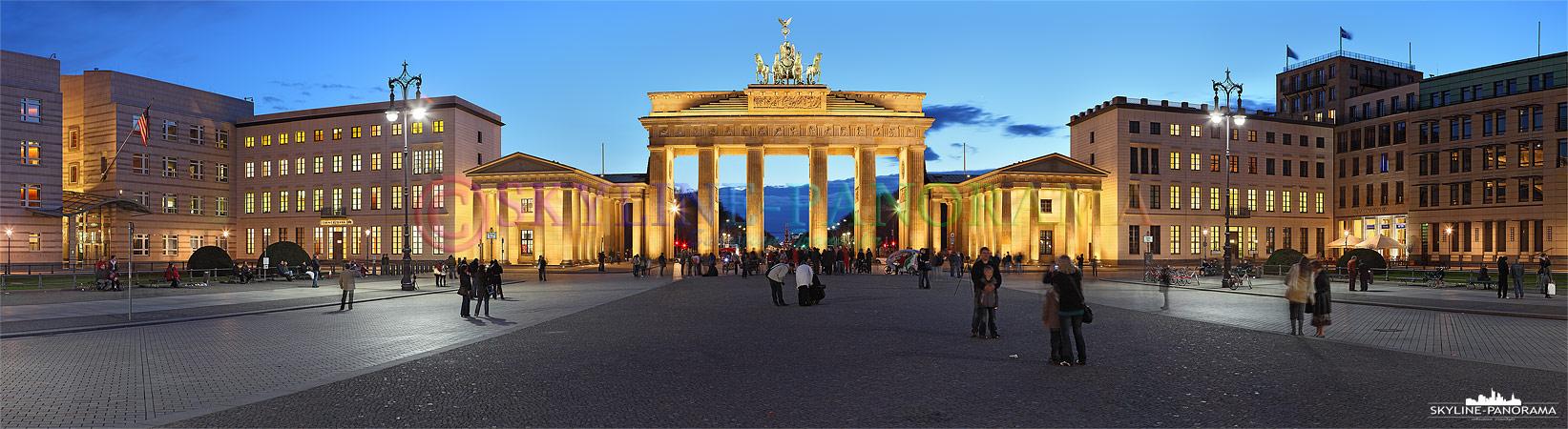 Panorama Berlin - Das Brandenburger Tor war lange Zeit das Symbol der geteilten Stadt Berlin, nun ist es das Wahrzeichen der nach dem Mauerfall wiedervereinigten Hauptstadt und ein Besuchermagnet für viele Touristen aus aller Welt.
