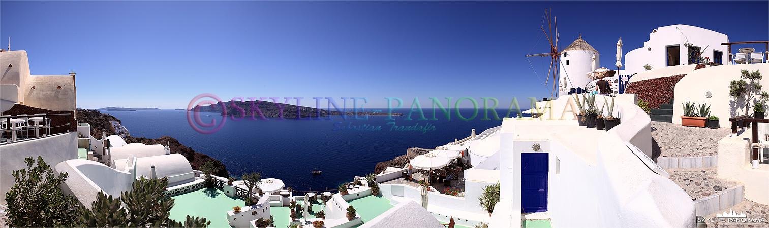 Das Panorama zeigt einen der sehenswertesten Ausblicke von Santorin, hier am nördlichen Ende von Oia findet man die schönsten Hotels und Cafes der Insel.