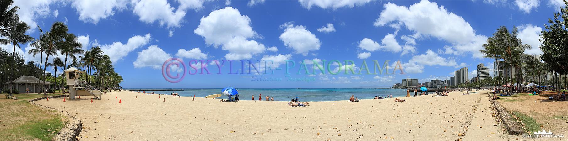 Der Waikiki Beach im gleichnamigen Stadtteil von Honolulu - der feine Sand, die Palmen und der fantastische Himmel haben diesen Strand zu weltweiter Bekanntheit verholfen.