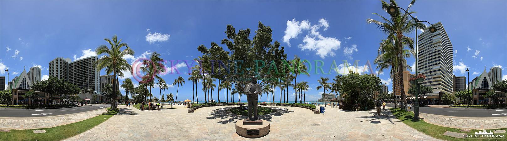 Panorama von  Hawaii - Die Statue von Prince Jonah Kuhio Kalaniana'ole auf der Strandpromenade am Waikiki Beach auf der Hauptinsel O´ahu.