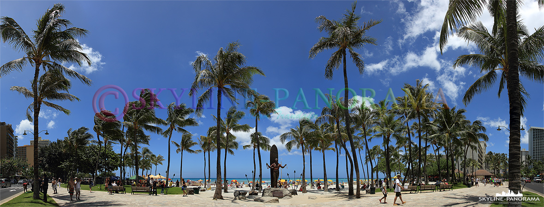 Dieses Panorama zeigt die Duke Kahanamoku Statue an der Strandpromenade des Waikiki - Duke Kahanamoku wird oft als der Vater des modernen Surfens bezeichnet.