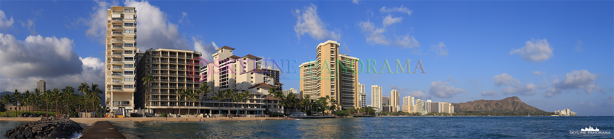 Bilder vom Waikiki Beach - Dieses Panorama zeigt den Waikiki Beach vom Outrigger Reef aus mit Blick in Richtung des Diamant Head Kraters zum Sonnenuntergang.