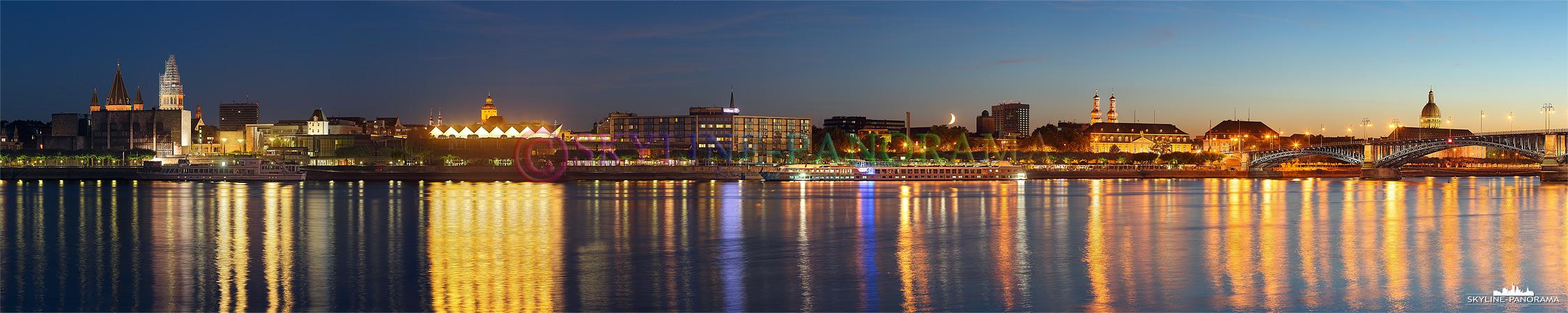 Dieses Panorama zeigt die Stadtansicht auf Mainz vom Rheinufer in Mainz Kastel aus, zu sehen sind die beleuchteten Gebäude vom Mainzer Dom bis zur Theodor-Heuss-Brücke.