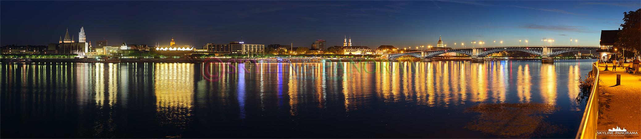 Abendliche Ansicht auf die Innenstadt von Mainz, das Panorama zeigt die Silhouette der rheinland-pfälzischen Landeshauptstadt vom Rheinufer aus kurz nach Sonnenuntergang.