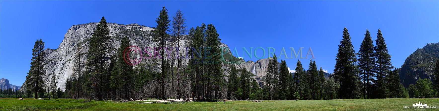 Bilder aus dem Yosemite Nationalpark - Panorama von der großen Grasfläche, im Tal des Yosemite Valley, auf den Upper Yosemite Fall, es ist am Tag entstanden.