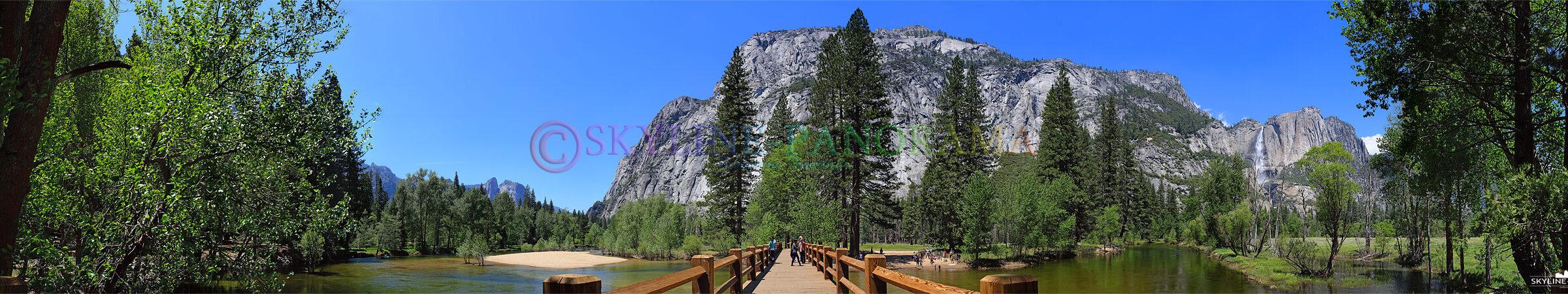 USA Panorama - Die Swinging Bridge ist eine Holzbrücke über den Merced River, von hier hat man einen Ausblick in das Tal des Yosemite Nationalparks...