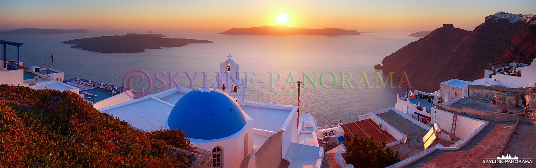 Dieses Panorama entstand zum Sonnenuntergang am Kraterrand von Firostefani. Die blaue Kirchenkuppel ist eine der bekanntesten Fotomotive der Insel Santorini.