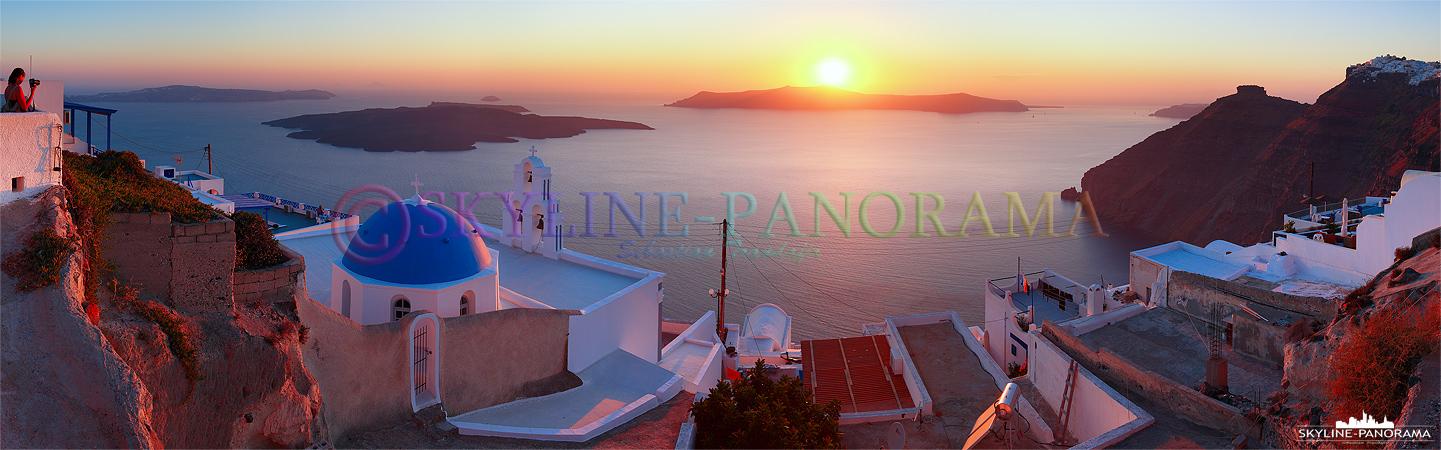 Panorama Kirchenkuppel von Firostefani - Der Ausblick von Firostefani in die ins Abendrot getauchte Caldera zum Sonnenuntergang.