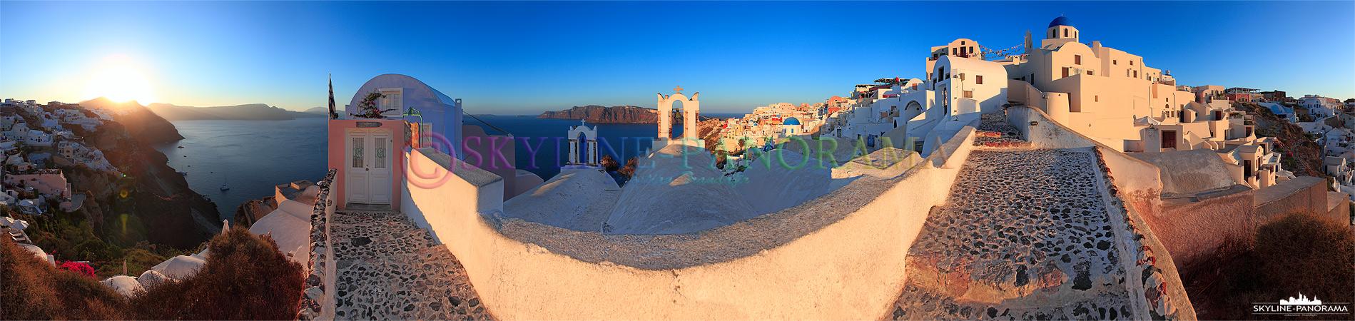 Das Panorama entstand nach dem die ersten Sonnenstrahlen des Tages auf die Hänge von Oia gefallen sind. Zu dieser Zeit herrscht eine unbeschreibliche Stille...