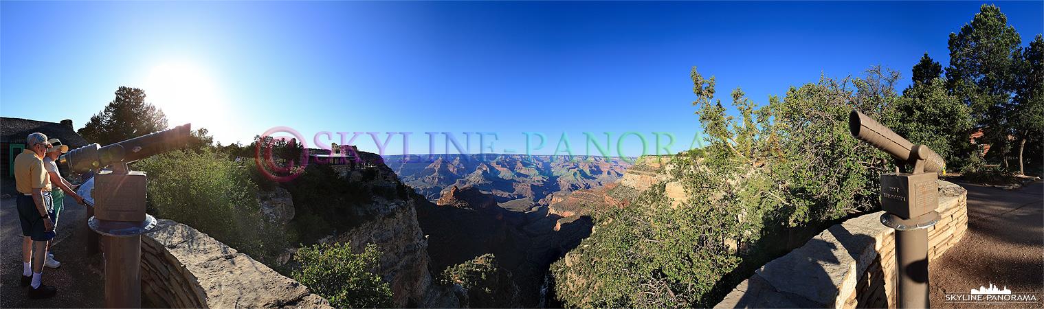 Das Panorama von einem der zahlreichen Aussichtspunkte des Grand Canyon Village aus in das fantastische Tal des Grand Canyon zum Sonnenuntergang.