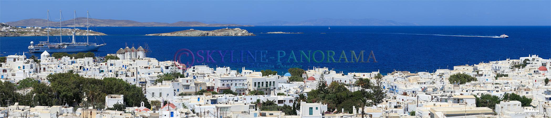 Bilder Griechenland - In Mykonos Stadt sind die typischen Häuser im Kykladenstil malerisch entlang der Bucht an der Westküste gelegen.