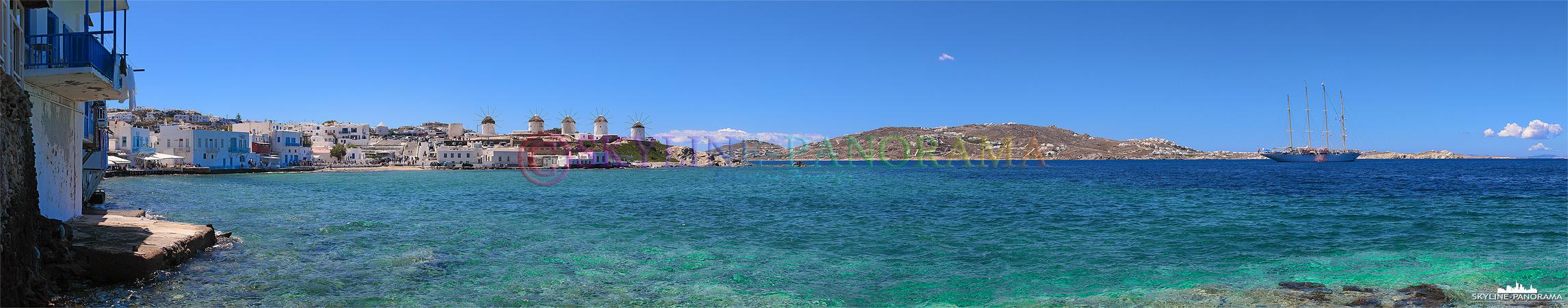 Panorama vom Kastro-Viertel aus auf die Bucht von Alefkandra, zu sehen sind die bekannten Windmühlen von Mykonos und ein vor der Insel ankerndes Segelschiff.