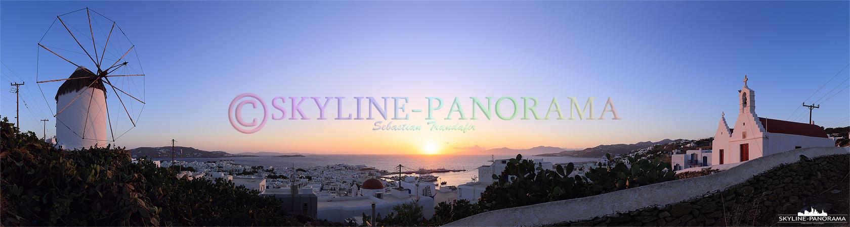Sonnenuntergang vom Aussichtspunkt an der Windmühle Ano Myli mit einem fantastischen Panorama-Blick über die ins Abendlicht getauchte Chora von Mykonos-Stadt.