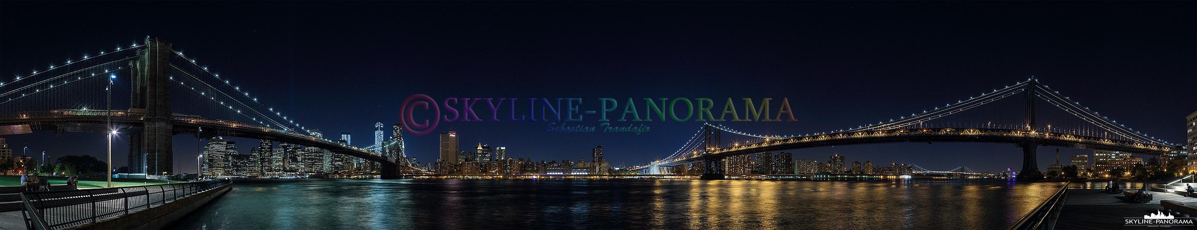 Panorama NYC - Das nächtliche Panorama vom Empire Fulton Ferry State Park in Brooklyn auf die beleuchtete Skyline von Downtown Manhattan und die schön illuminierte Brooklyn Bridge und Manhattan Bridge.