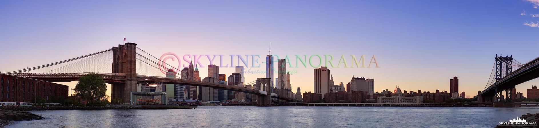Skyline Manhattan - Dieses Panorama, das am Empire Fulton Ferry State Park entstanden ist, zeigt die beiden bekanntesten Brücken von New York City. Die Brooklyn Bridge (links) und die Manhattan Bridge (rechts) überspannen an dieser Stelle den East River und verbinden den Stadtteil Brooklyn mit Downtown Manhattan.