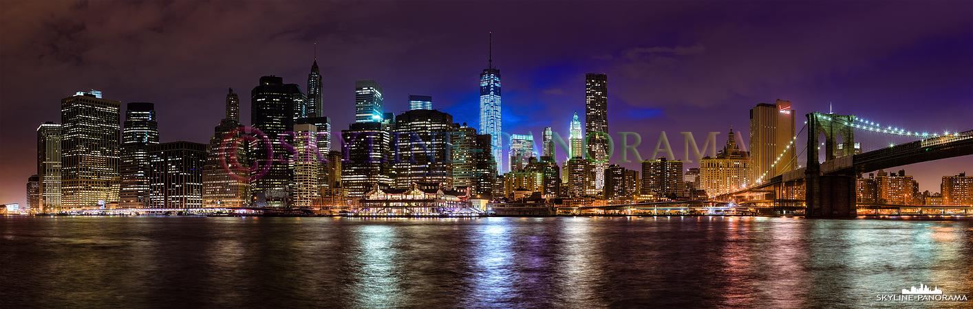 Panorama Lower Manhattan - Die Skyline von New York - Manhattan mit dem fast fertig gestellten Freedom Tower und der Brooklyn Bridge. Das Panorama zeigt den abendlichen Blick vom Brooklyn Bridge Park aus auf Downtown - Lower Manhattan.