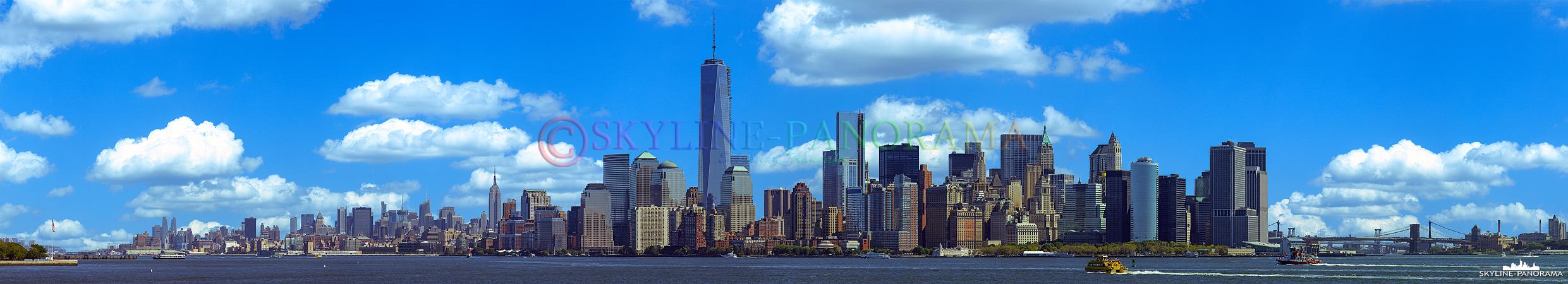 Manhattan am Tag - Blick von Liberty Island auf die Südspitze von Manhattan mit dem One World Trade Center und dem Empire State Building, die beiden Wolkenkratzer gehören zu den bekanntesten Wahrzeichen von New York City.