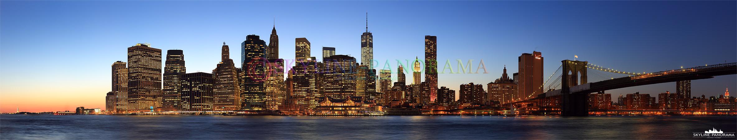 Bilder Manhattan - Das abendliche Skyline Panorama auf Downtown Manhattan zum Sonnenuntergang mit der Brooklyn Bridge, die hier über den East River von Brooklyn Heights nach Lower Manhattan führt.