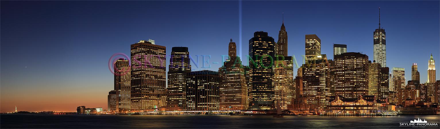 Skyline New York - Das Skyline Panorama der Südspitze von Manhattan vom Brooklyn Bridge Park aus gesehen, es zeigt den abendlichen Blick von der Freiheitsstatue bis zum fast fertig gestellten Freedom Tower