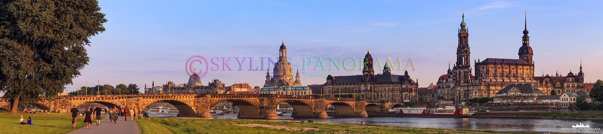 Der Canalettoblick auf das Altstadtpanorama von Dresden mit der Frauenkirche und der Hofkirche im Abendlicht.