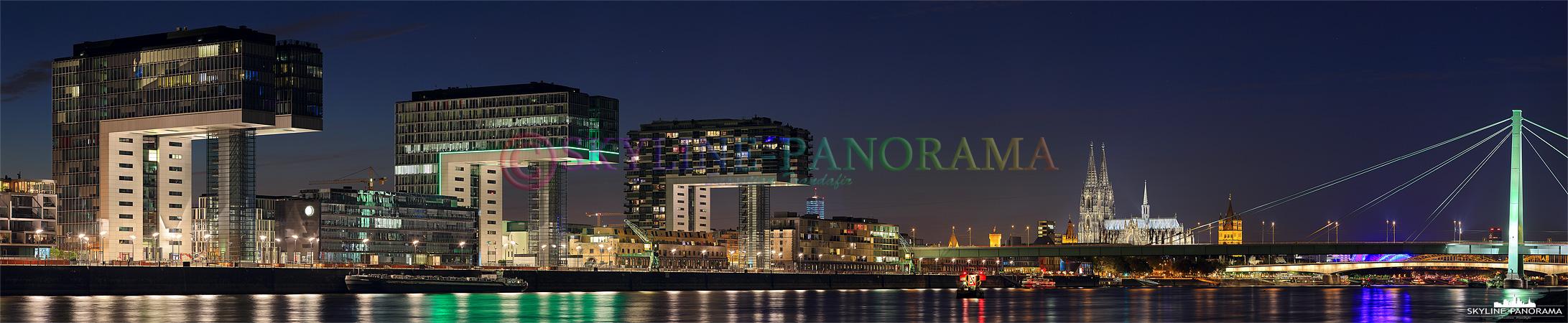 Köln Panorama - Die drei Kranhäuser im Rheinauhafen zusammen mit dem Kölner Dom zur Nacht von den Poller Wiesen aus gesehen.