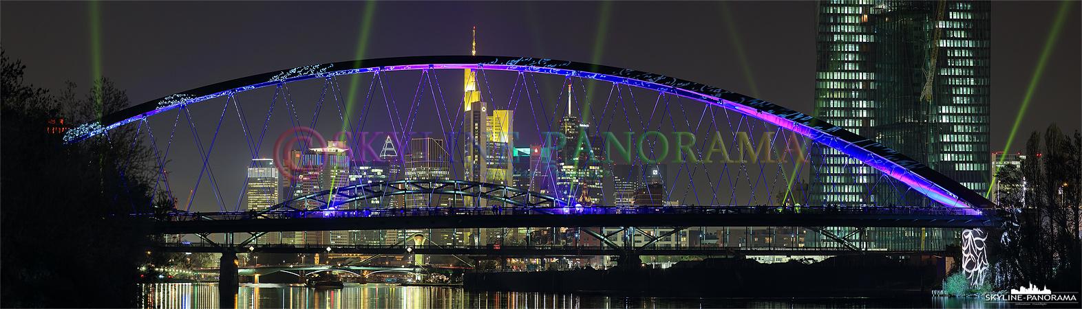 Panorama Bilder - Eines der beliebtesten Motive der Luminale 2014 war die fanastisch iluminierte Osthafenbrücke, dieses Panorama zeigt die Perspektive vom Ruderdorf in Richtung Frankfurter Skyline.