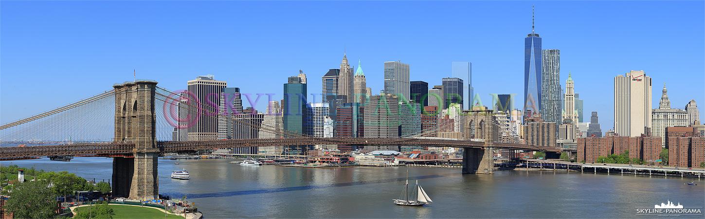 Skyline Panorama - Die Südspitze von Manhattan, auch als Downtown Manhattan bezeichnet, mit der historischen Brooklyn Bridge, die hier über den East River geht, am Tag.
