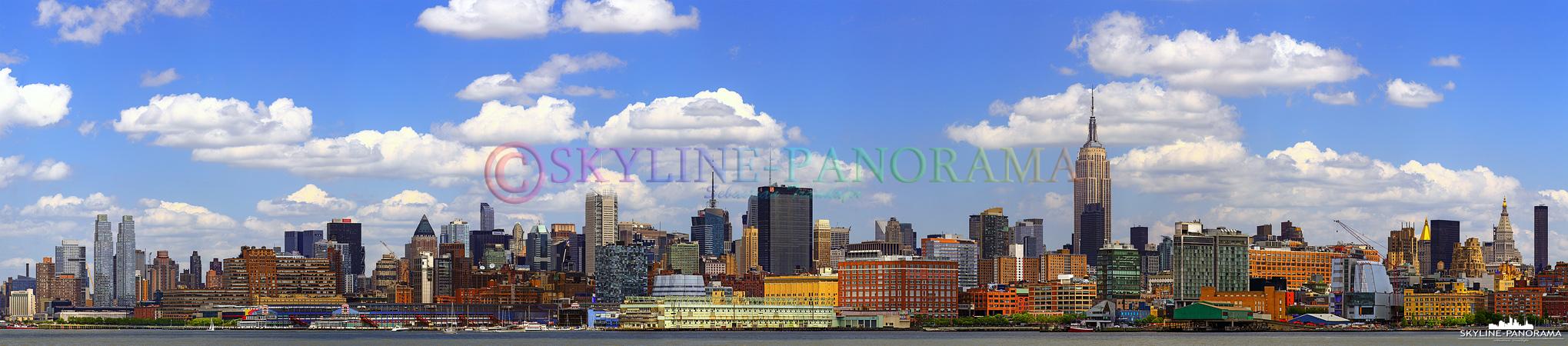 Panorama der Skyline - Manhattan Midtown mit dem Empire State Building als bekanntestes Bauwerk, am Tag von Hoboken aus gesehen.