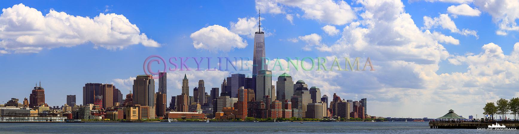 Manhattan Financial District - Das fertig gestellte One World Trade Center 1 ist mit 541,3 Meter der höchste Wolkenkratzer von New York, den Vereinigten Saaten von Amerika und zur Zeit das vierthöchste Gebäude der Welt. Dieses Panorama zeigt die Südspitze von Manhattan am Tag von Hoboken aus gesehen.