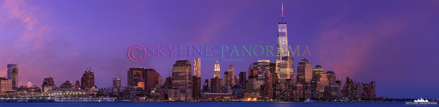 Panorama USA - Die New Yorker Skyline am Abend mit den hell erleuchteten Wolkenkratzern und dem alles überragenden One World Trade Center 1, dessen Antenne zu diesem Zeitpunkt in den US Nationalfarben Weiß-Rot-Blau angeleuchtet wurde.