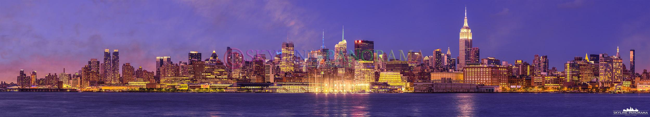 Manhattan Panorama - Die Skyline von New York City mit dem Hudson River zur einbrechenden Nacht von Hoboken/ New Jersey aus gesehen.