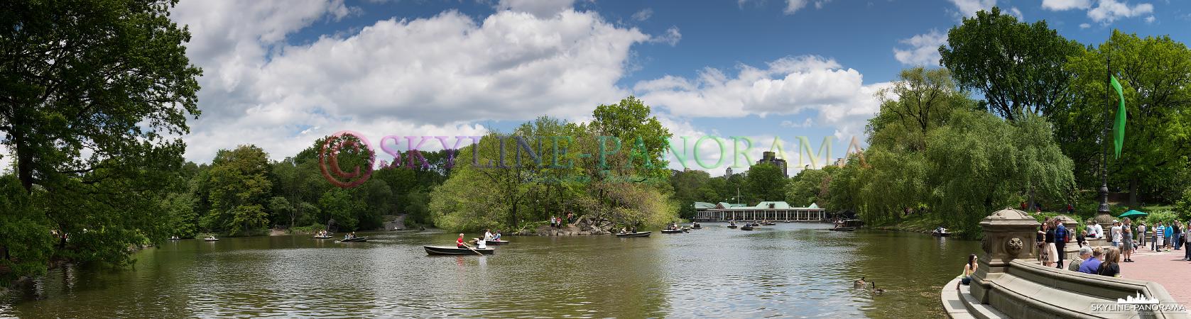 New York Panorama - Der Central Park Lake mit dem bekannten Bootshaus und im rechten Bildrand, ein Teil der Bethesda Terrace.