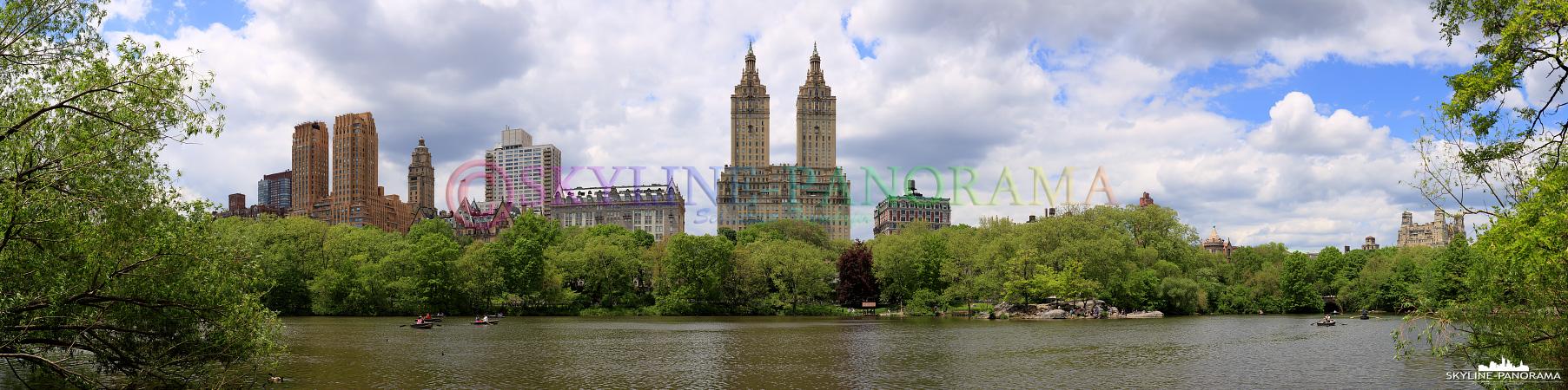 Panorama New York City - Blick über den Central Park Lake in Richtung der bekannten Zwillingstürmen des San Remo.