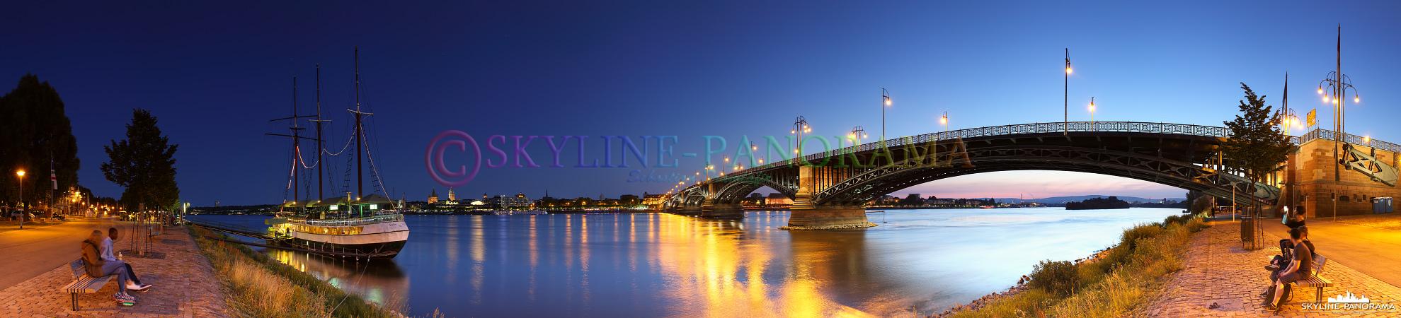Abendlicher Blick vom Rheinufer in Mainz-Kastel mit der Theodor-Heuss-Brücke und dem Restaurantschiff Pieter van Aemstel auf die Landeshauptstadt Mainz.