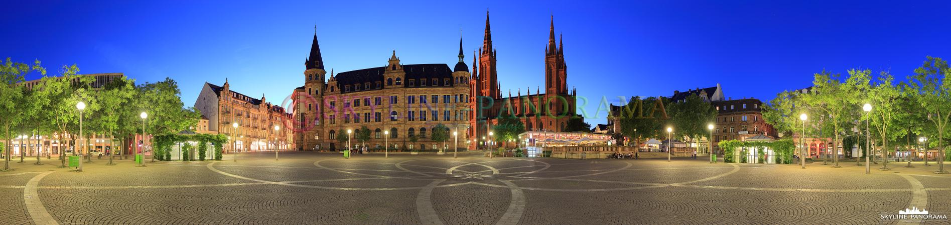 Panorama Wiesbaden - Der in der Innenstadt von Wiesbaden gelegene Marktplatz als Panoramaansicht am Abend.