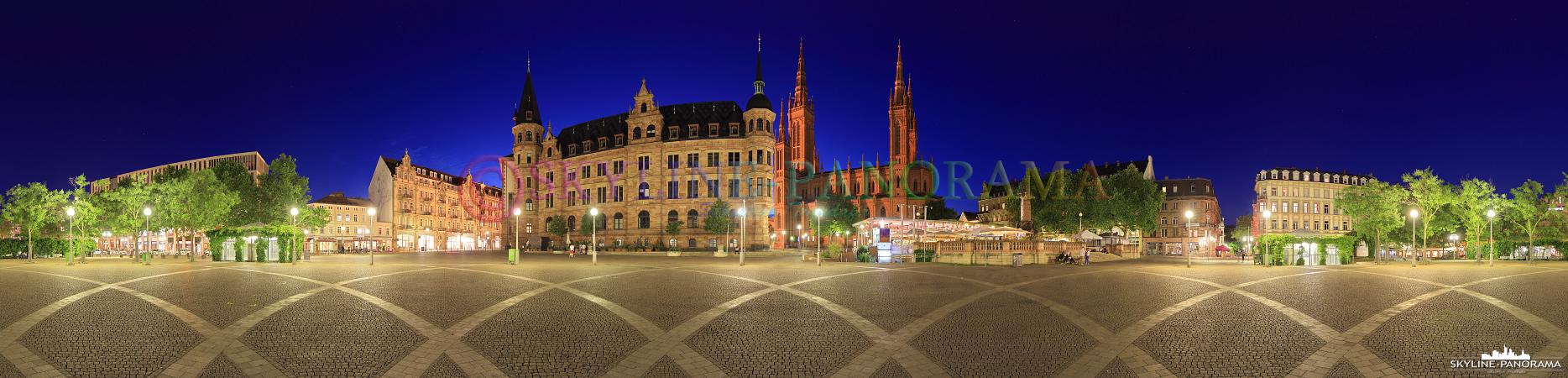 Panorama Wiesbaden - Der Marktplatz in der Innenstadt von Wiesbaden mit der Rückseite des Rathauses und der Marktkirche im Zentrum dieses abendlichen Panoramas.