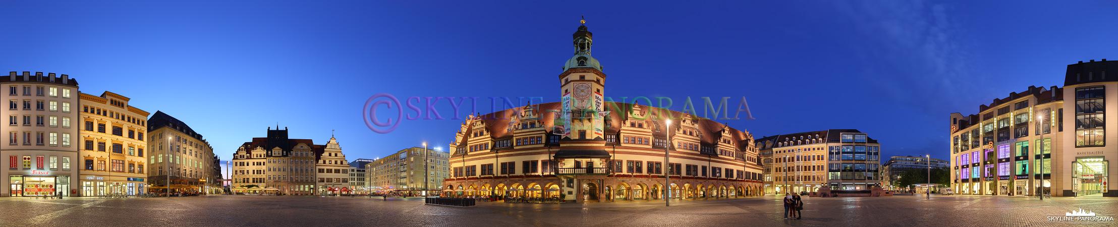 Leipzig Panorama – Die abendliche Ansicht aus der Mitte des Leipziger Marktplatzes als 360 Grad Panorama mit dem historischen Rathaus im Zentrum dieser Aufnahme.