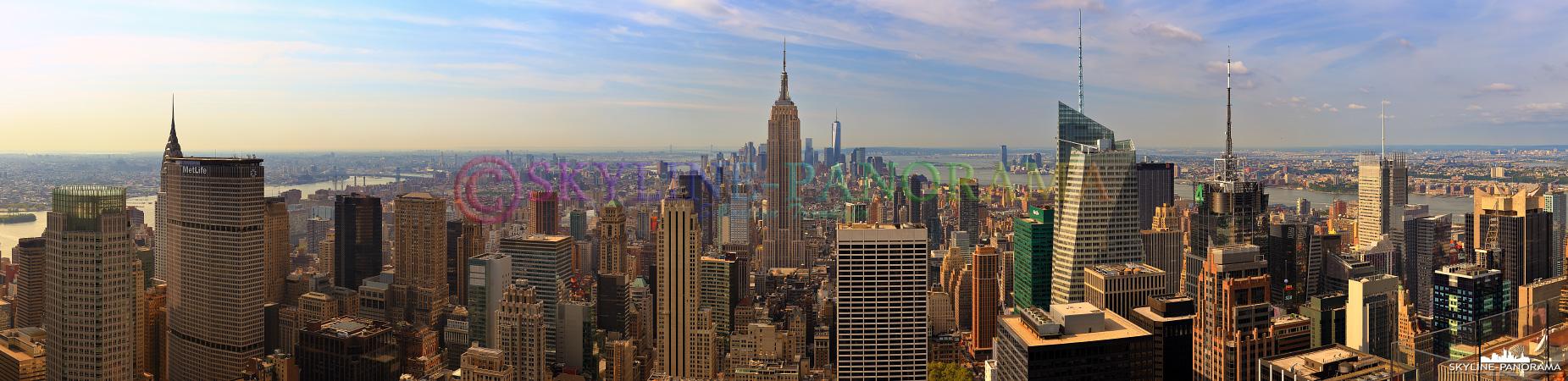 Top of the Rock - Das grandiose Panorama von der Aussichtsplattform des Rockefeller Center auf die atemberaubende Skyline von Manhattan mit dem Empire State Building im Zentrum dieser Aufnahme.