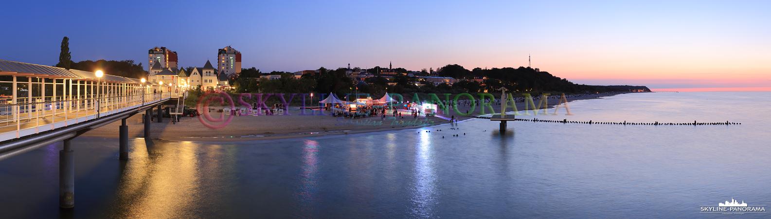 Ostsee Bilder Insel Usedom - Panorama von der Seebrücke Heringsdorf auf den abendlichen Strand kurz nach Sonnenuntergang.